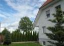 Biały dom, płot i drzewa