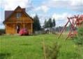 Dom z placem zabaw na zielonej łące