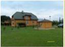 Drewniany dom na zielonej łące