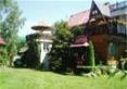 Dom drewniany z wieżyczką i miejscem wypoczynkowym