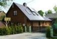 Dom drewniany w nowoczesnym stylu przy drodze