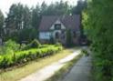 Dom pod lasem, widoczna długa droga
