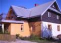 Podmurowany dom biało ceglany na tle błękitnego nieba