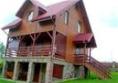 Duży drewniany dom na podmurówce