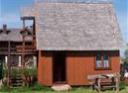 Dom z czerwonym dachem wśród pol