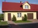 Dom żółty z czerwonym dachem