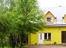 Dom żółty z białym dachem