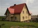 Samotni dom z czerwonym dachem