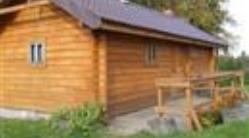 Drewniana sauna z murowanym podpiwniczeniem. Lato