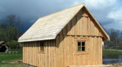 Jasna mała sauna nad stawem