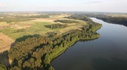 Zdjęcie lotnicze - widok na jezioro i las